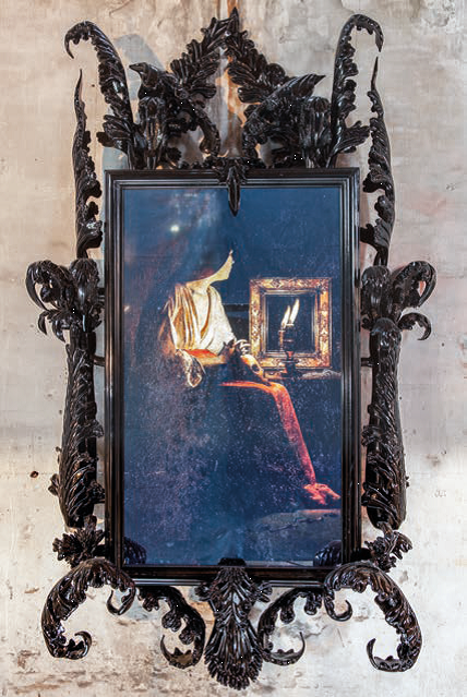 "Mat Collishaw: ""A different self"", 2014, glass, wood, video, 270 x 150 x 50 cm, Foto: Francesco Allegretto"