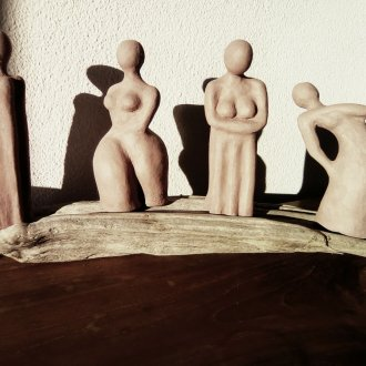 "14 December: Lidia Regoli, ""Womanly yours"", four figures, stoneware on driftwood, each 20-25 cm"